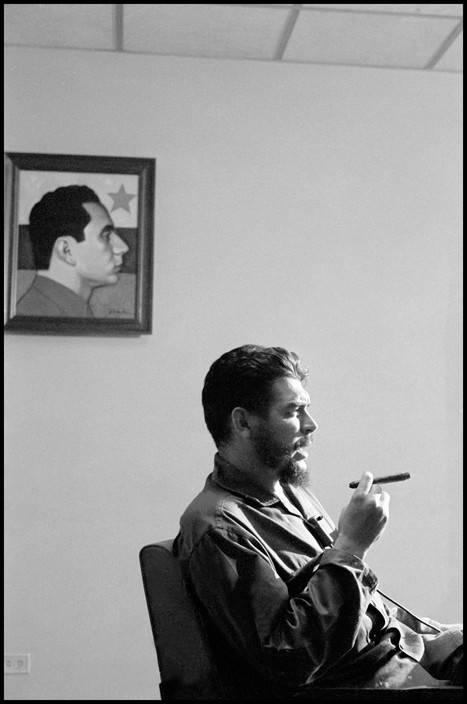 15El Che Guevara en entrevista con Lisa Howard, en el Ministerio de Industrias de Cuba, en 1964. Foto: Elliott Erwitt