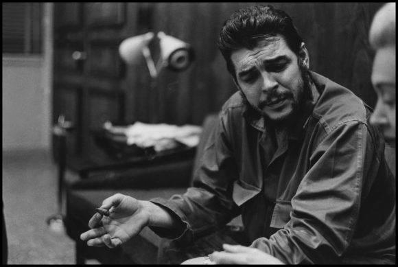 13El Che Guevara en entrevista con Lisa Howard, en el Ministerio de Industrias de Cuba, en 1964. Foto: Elliott Erwitt