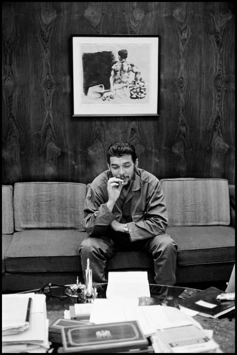 9El Che Guevara en entrevista con Lisa Howard, en el Ministerio de Industrias de Cuba, en 1964. Foto: Elliott Erwitt