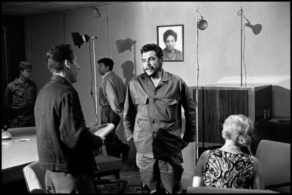 6El Che Guevara en entrevista con Lisa Howard, en el Ministerio de Industrias de Cuba, en 1964. Foto: Elliott Erwitt