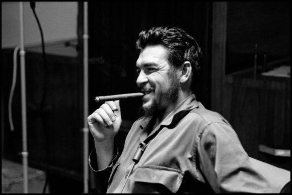 7El Che Guevara en entrevista con Lisa Howard, en el Ministerio de Industrias de Cuba, en 1964. Foto: Elliott Erwitt