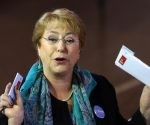 La presidenta de Chile, Michelle Bachelet, al emitir su voto este domingo. Foto: AP