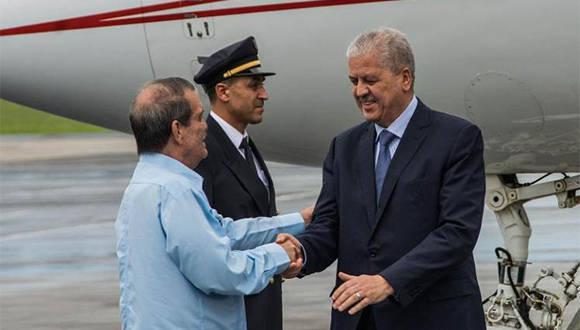 El vicecanciller cubano, Abelardo Moreno, recibe al primer ministro de Argelia, Abdelmalek Sellal. Foto: Marcelino Vázquez/AIN..
