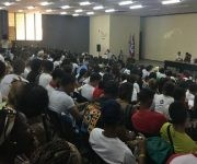Estudiantes, trabajadores y  dirigentes participantes, se reunieron en el Búnker de la Facultad de Arquitectura para observar la presentación del video Cicatrices del Imperialismo y la memoria histórica. Foto: Oscar Figueredo/ Cubadebate.