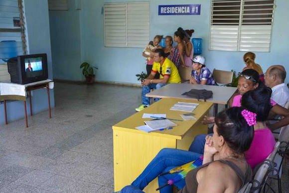 Evacuados se mantienen informados del evento meteorológico. Foto: Yaciel PEÑA DE LA PEÑA/ ACN