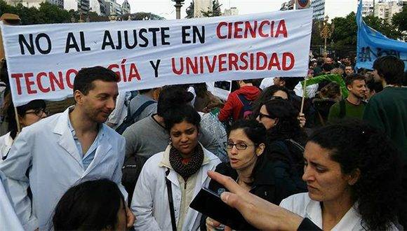Los colectivos convocantes a la movilización de este jueves son la Federación Universitaria de Buenos Aires (FUBA); los Jóvenes Científicos Precarizados; la Asociación Gremial Docente; el Centro de Estudiantes de la Facultad de Ciencias Exactas y Naturales; la Conadu Histórica y la Asociación de Docentes UBA. Foto: Ámbito.