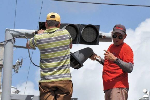 Protegiendo el semáforo. Foto: Rey Torres/ Periódico 26, de Las Tunas