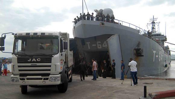 El buque T-64 de la Armada Venezolana arribó al puerto Guillermón Moncada, de Santiago de Cuba, con un cargamento de ayuda humanitaria para los damnificados del huracán Mathew en la provincia de Guantánamo. 26 de octubre de 2016. Foto: ACN/ Miguel RUBIERA JUSTIZ