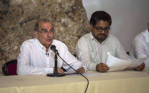 Humberto de La Calle, izquierda, junto a Iván Márquez. Foto: AP Photo/Desmond Boylan