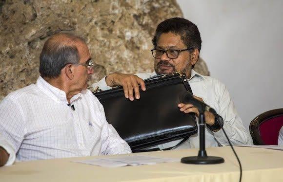 Humberto de La Calle, e Iván Márquez. Foto: Desmond Boylan/ AP