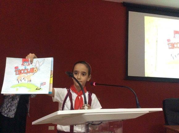 El teatro del ISRI aplaudió impresionado a la pionera Milene Lahera, quien dijo que quería que su dibujo lo vieran los niños estadounidenses. Foto: María del Carmen Ramón/ Cubadebate.