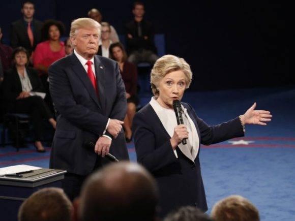 Los candidatos presidenciales Donald Trump y Hillary Clinton se estrechan la mano al final del debate de este domingo, en la Universidad Washington de St. Louis. Foto: Ap.