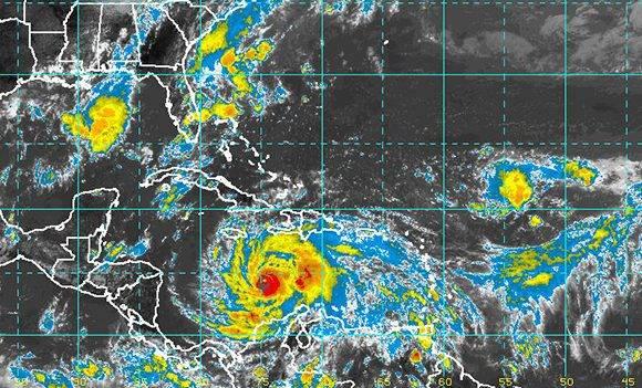 En esta vista del satélite dle domingo a las 6pm se observa lo cercana que están las bandas de nublados del huracán Matthew de afectar el territorio cubano. Fuente: INSMET.