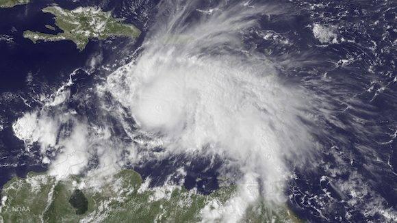 La imagen de satélite Próximo que ofrece la Administración Oceánica y Atmosférica Nacional (NOAA), el jueves 29 de septiembre, 2016 a 14:45 EDT del GOES, muestra el huracán Mateo en el Mar Caribe, a unos 190 millas al noreste de Curazao. Mateo, uno de los más poderosos huracanes en el Atlántico en la historia reciente, se debilitó un poco el sábado 1 de Oct., 2016, ya que empapó costera Colombia y rugió a través del Caribe en un curso que todavía pone Jamaica, Haití y Cuba en el camino de la vientos potencialmente devastadoras y la lluvia. (NOAA a través de AP)