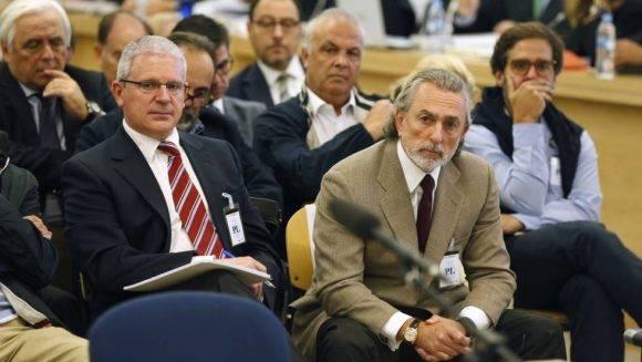 Francisco Correa, presunto líder de la trama Gürtel, y Pablo Crespo, exdirigente del PP de Galicia, en el juicio. Foto: Javier Lizón (EFE)
