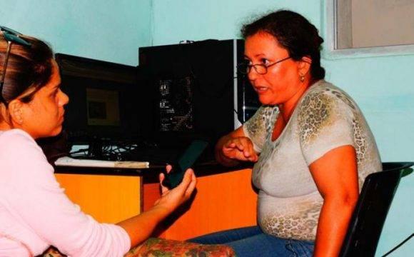 Arelis Alba Covas, @labaracoesa (derecha) fue la voz en la hora cero del 4 de octubre, cuando Matthew azotó el extremo oriental cubano. Foto: Daniel Ross Diéguez. Tomada de Venceremos