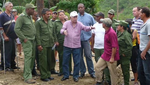 Machado Ventura en Puriales de Caujerí, dialoga con dirigentes del Consejo de Defensa Municipal Foto: Jorge Luis Merencio/ Granma.