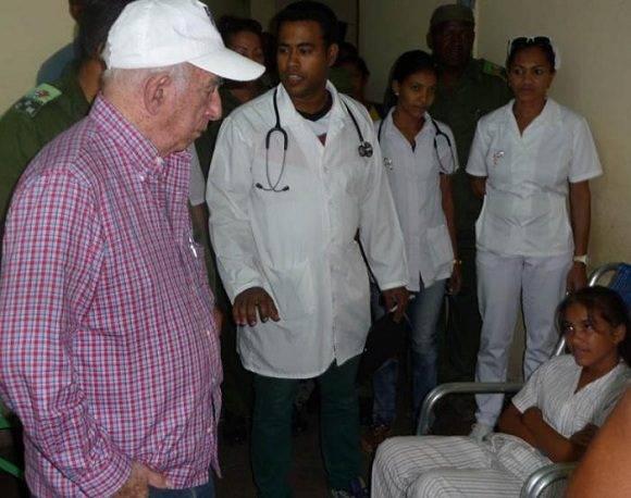 En el policlínico Félix Pena, Machado dialogó brevemente con algunos pacientes Foto: Jorge Luis Merencio/ Granma.