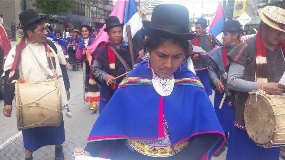 Indígenas marchan por la paz. Foto: @LHoyosteleSUR
