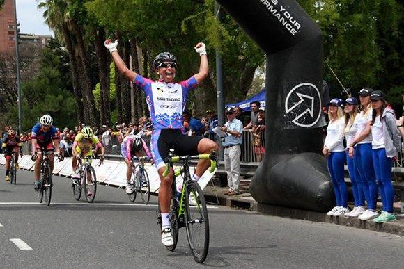 Marlies entra triunfante en la línea de meta. Foto: Adolfo Carrizo.