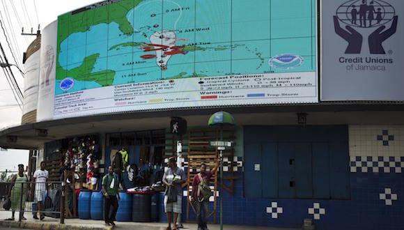 En Kingston, Jamaica, la población se prepara para el huracán. Foto:  Eduardo Verdugo/ AP