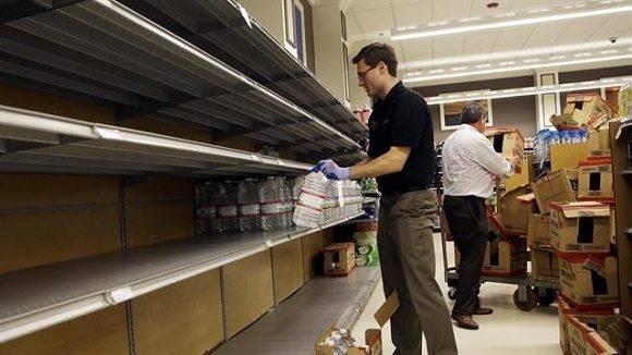 Las góndolas vacías en un supermercado de Miami. Foto: AP.