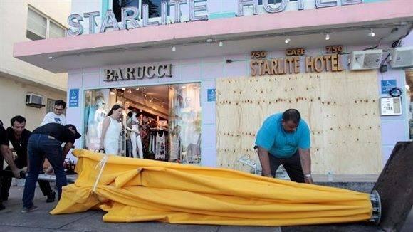 La población se prepara para recibir al huracán Matthew. Foto: Reuters.
