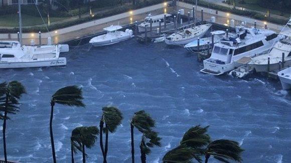 La población se prepara para recibir al huracán Matthew. Foto: AP.
