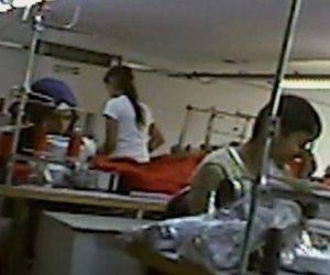 Decenas de menores fueron encontrados por la BBC en talleres textiles en Estambul.