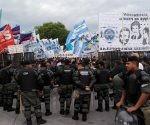 En la avenida Antártida Argentina se ver banderas de distintas agrupaciones y un fuerte cordón de seguridad. Foto: @edgardotlsur