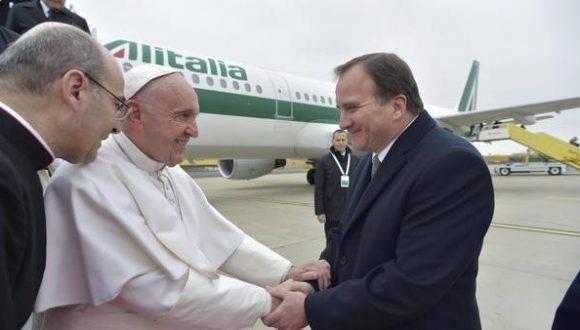 El primer ministro sueco, Stefan Lofven (der.), da la bienvenida al papa Francisco, a su llegada al aeropuerto de Sturup a las afueras de Malmoe, Suecia. Foto: EFE.