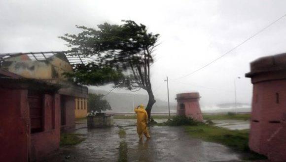 Matthew en su paso por Baracoa, una de las ciudades más afectadas por el huracán. Foto: EFE.