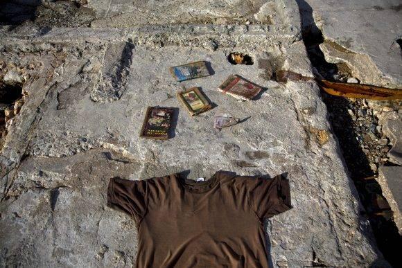 La foto de la camisa con los libros pertenece a un hombre que perdió todo. Foto: Ramon Espinosa/ AP