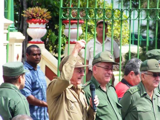 Raúl Castro estuvo acompañado por el general de cuerpo de ejército Ramón Espinosa Martín, Héroe de la República de Cuba y viceministro de las FAR, y Lázaro Expósito Canto, miembro del Comité Central del PCC, primer secretario de esa organización en la provincia Santiago de Cuba y Héroe del Trabajo de la República de Cuba. Foto: Jorge Luis Guibert/ Sierra Maestra