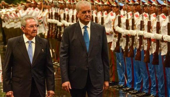 El General de Ejército Raúl Castro Ruz (I), Presidente de los Consejos de Estado y de Ministros, recibe a Abdelmalek Sellal (C der.), Primer Ministro de la República Argelina Democrática y Popular, durante la firma de acuerdos entre los dos países, en el Palacio de la Revolución, en La Habana el 13 de octubre de 2016. ACN FOTO/ Marcelino VÁZQUEZ HERNÁNDEZ/ sdl