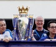 El dueño del Leicester VichaiSrivaddhanaprabha, Claudio Ranieri y el vicepresidente Aiyawatt Srivaddhanaprabha con el trofeo de campeón de la Premier League: Foto: Reuters.