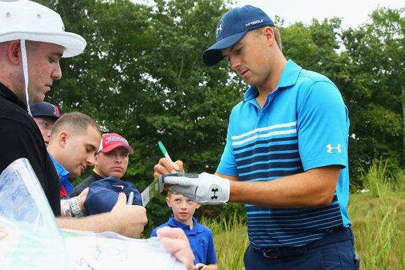 Jordan Spieth firmando autógrafos a unos aficionados. Foto: AFP