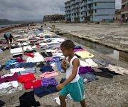 Las fotos de la ropa en el Malecón fueron tomadas un día después de que Matthew barriese la zona. in Baracoa, Cuba, Thursday, Oct. 6, 2016. (AP Photo/Ramon Espinosa)