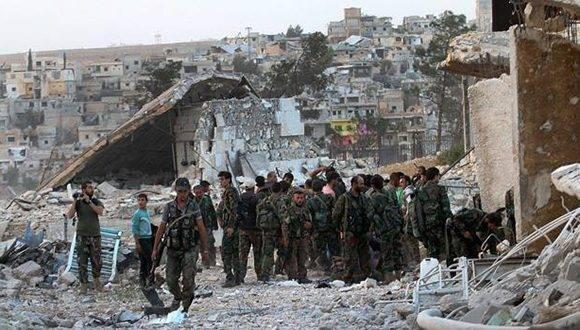 Soldados del Ejército sirio este domingo en Alepo, horas antes de que Estados Unidos rompiera el diálogo que mantenía con Rusia acerca de la guerra que asola el país asiático. Foto: EFE.