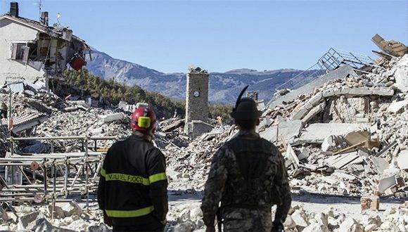 Un bombero y un soldado vigilan los escombros en Amatrice el domingo 30 de octubre luego de que un terremoto de magnitud 6,6 azotara el centro de Italia. Foto: CNN.