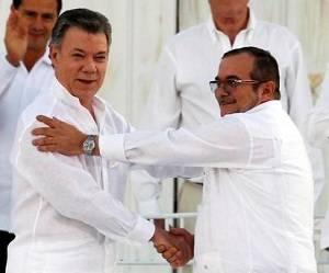 El presidente Juan Manuel Santos estrecha la mano del líder de las FARC-EP, Rodrigo Londoño. Foto: Reuters.