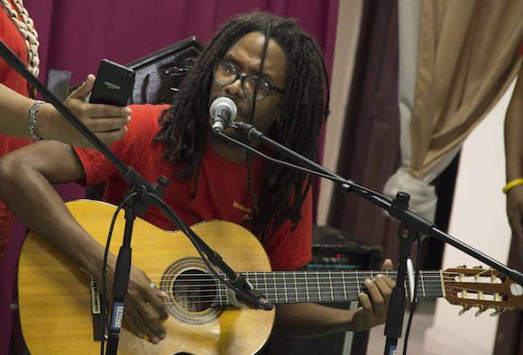 El cantautor cubano, Raúl Torres, graba en Baracoa un nuevo tema musical dedicado a esa localidad, una de las más golpeadas por el huracán Matthew. Foto: Ismael Francisco/ Cubadebate