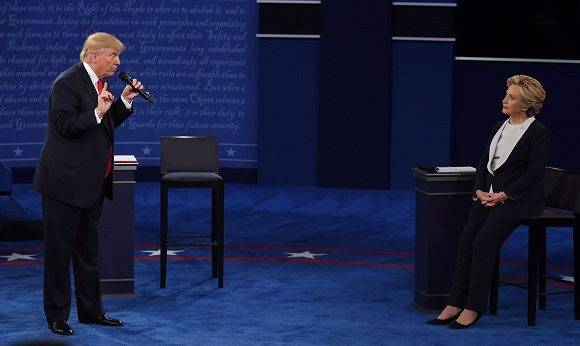 Donald Trump y Hillary Clinton en el segundo debate presidencial. Foto: Getty Images.