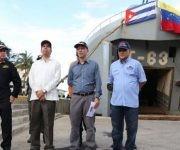 El embajador cubano, Rogelio Polanco, y el vicepresidente para el Área Social, Jorge Arreaza, frente a uno de los buques que llegará con ayuda humanitaria al oriente cubano. Foto: AVN.