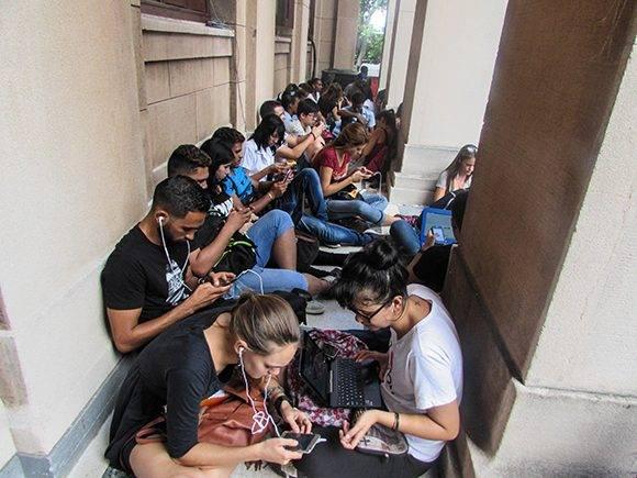 Se producieron aglomeraciones de jóvenes como esta. Foto: Cinthya García Casañas.