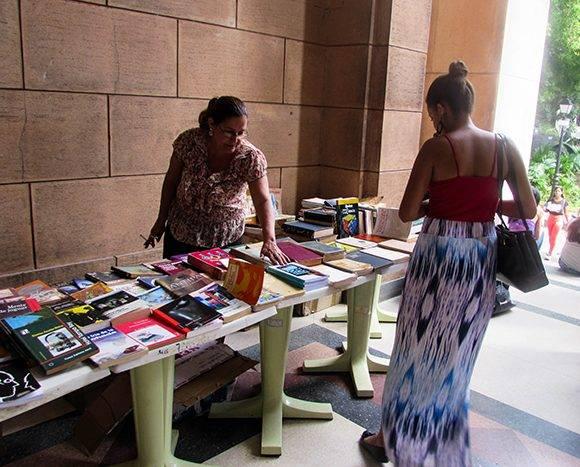 La venta de libros y publicaciones seriadas ocupó su espacio en la Biblioteca Central de la Universidad de La Habana. Foto: Cinthya García Casañas.