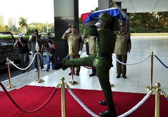 2-el-feretro-es-conducido-al-armon-militar-foto-roberto-garaicoa-martinez-cubadebate