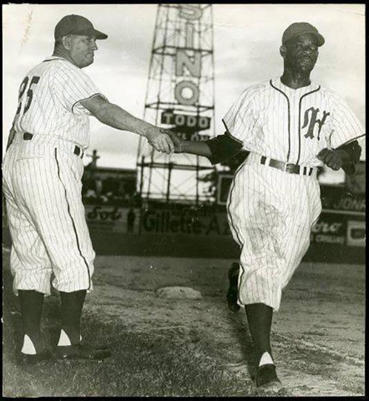 Con un jonrón, es felicitado por Mike Gonzalez (Oct. 29, 1950)