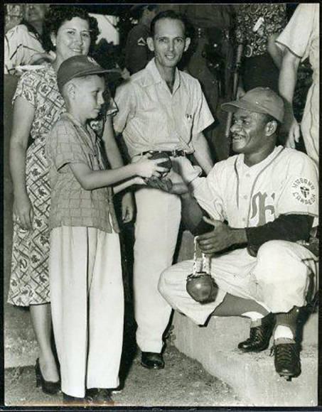 Perico con un niño (octubre 19, 1952)