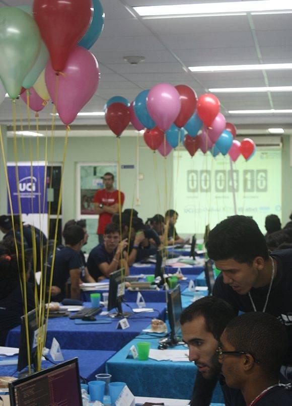 Los globos llenan de colorido la sala donde los jóvenes programadores se enfrentan a los problemas en sus PC. Foto: José Raúl Concepción/ Cubadebate.